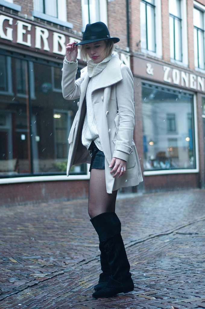 RED REIDING HOOD: Fashion blogger wearing cream trenchcoat fedora hat knee boots streetstyle model off duty