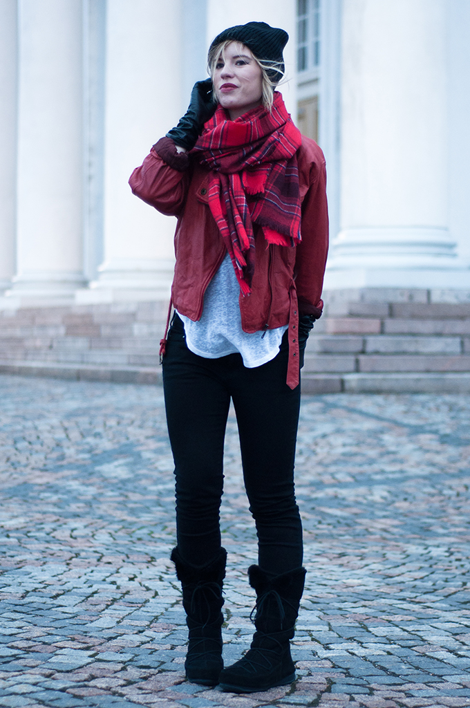 RED REIDING HOOD: Streetstyle model off duty fashion blogger wearing red plaid scarf leather jacket levi's curve ID outfit snowboots