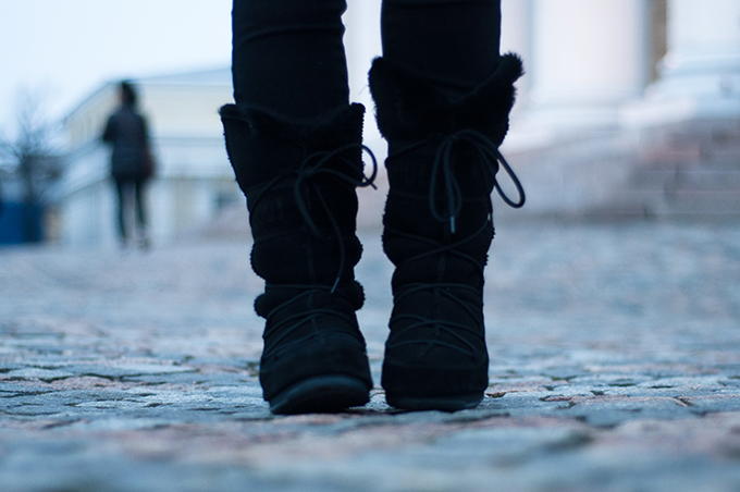 RED REIDING HOOD: Outfit fashion blogger wearing black snowboots Moon Boot vagabond sheepskin boots