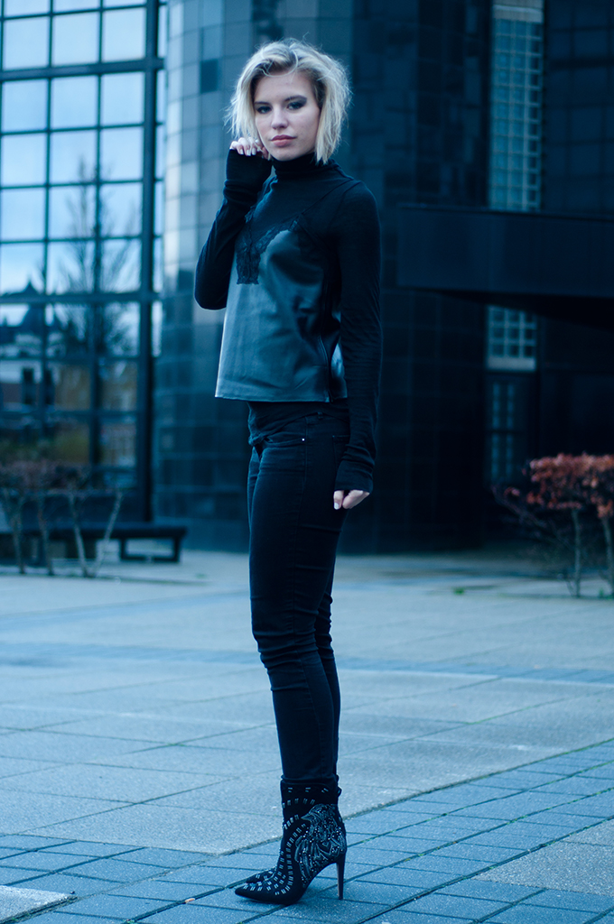 RED REIDING HOOD: Fashion blogger wearing all black everything outfit leather and lace cami top zara sam edelman ankle boots levi's curve ID skinny jeans edgy model off duty