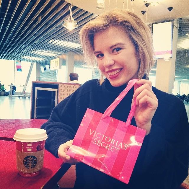 RED REIDING HOOD: Fashion blogger shopping at Victoria's Secret Schiphol Airport Amsterdam tumblr we heart it pinterest instagram pink
