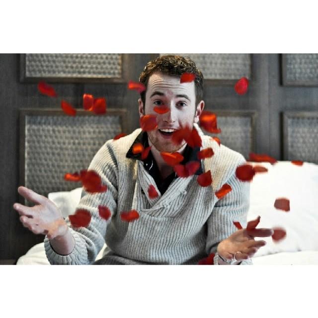 RED REIDING HOOD: Anniversary couple boyfriend romantic rose petals rozenblaadjes bed instagram