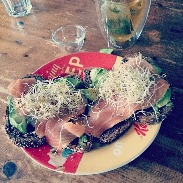 RED REIDING HOOD: Healthy foodporn instagram green thea lunch salmon avocado alfalfa