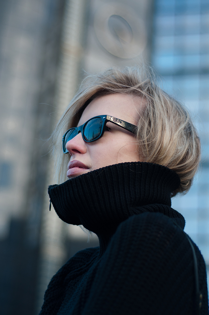 RED REIDING HOOD: Fashion blogger wearing Ray-Ban wayfarer short messy hair tucked in turtleneck model off duty streetstyle outfit details