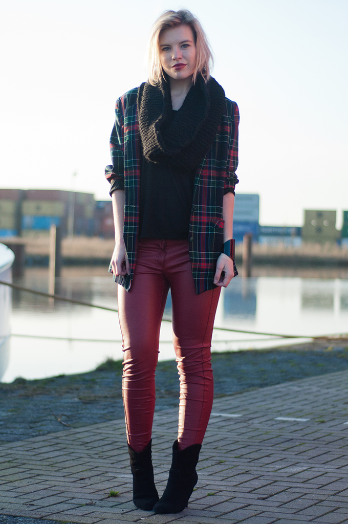 RED REIDING HOOD: Fashion blogger wearing red leather pants Pimkie vintage tartan blazer model off duty streetstyle outfit