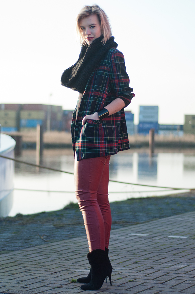 RED REIDING HOOD: Model off duty look outfit tartan plaid check checkered blazer red leather pants streetstyle fashion blogger