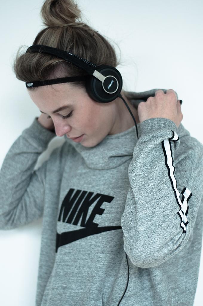 RED REIDING HOOD: Fashion sport blogger Philips headphones Nike sweater headband haarbandje running girl