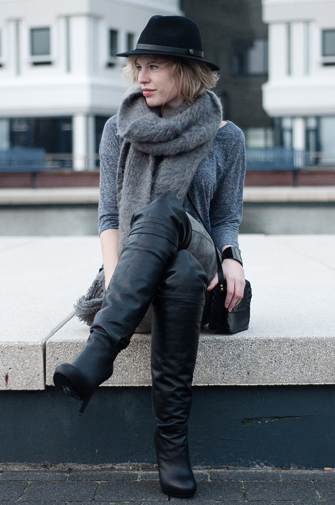 RED REIDING HOOD: Fashion blogger wearing grey ton sur ton outfit fluffy scarf model off duty streetstyle