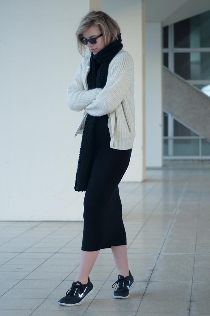 RED REIDING HOOD: Fashion blogger wearing Maxi dress dressing down model off duty streetstyle Nike Free Run sneakers