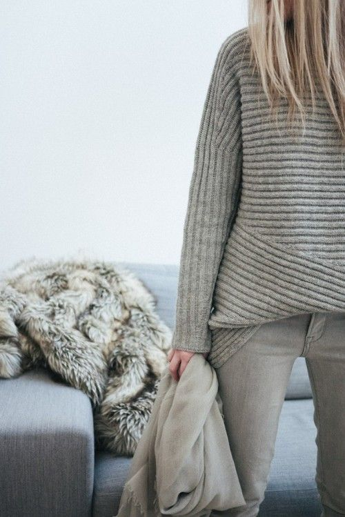 RED REIDING HOOD: Fashion blogger wearing warm cozy oversized brown camel nude knitted cable sweater knitwear fashion inspiration