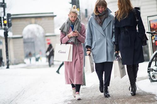RED REIDING HOOD: Streetstyle girls wearing pastel coats baby blue pink trench coat streetstyle fashion week pinterest inspiration ganni