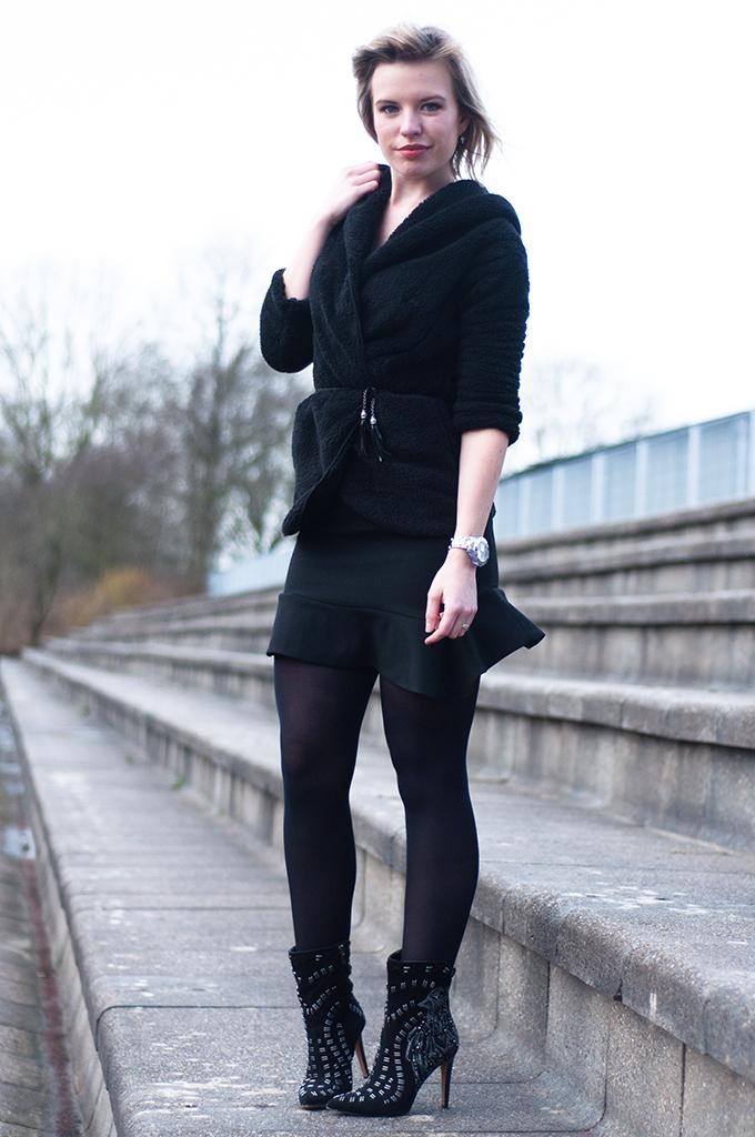 RED REIDING HOOD: Fashion blogger wearing all black everything outfit frilled mini skirt fluted hem Zara basic mermaid skirt peplum streetstyle model off duty
