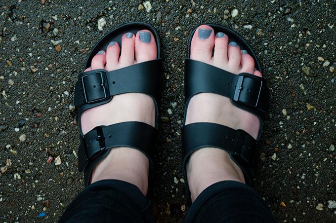 RED REIDING HOOD: Fashion blogger wearing Birkenstock Monterey black leather sandals afterdrk sabrina meijer