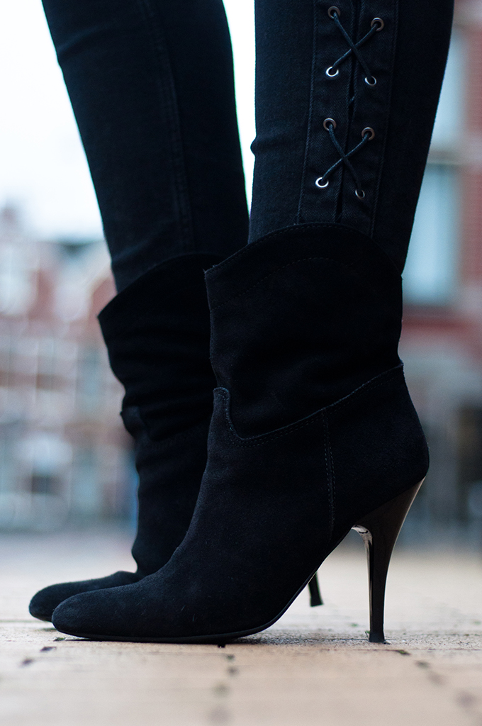 RED REIDING HOOD: Suede mango ankle boots black lace up jeans skinny denim outfit details fashion blogger streetstyle model off duty