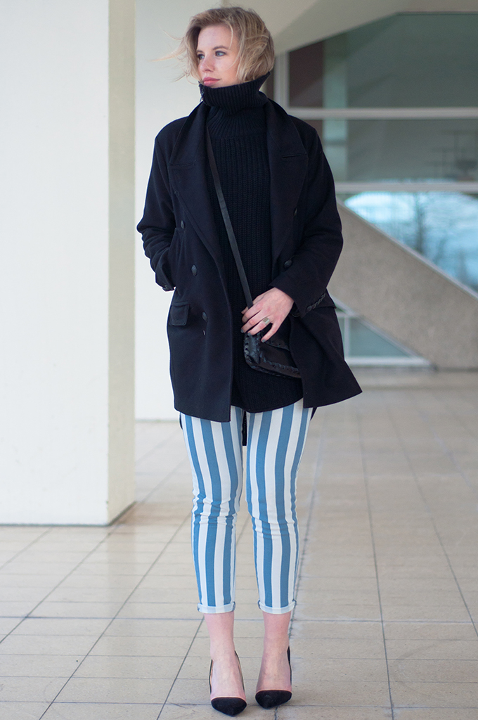 RED REIDING HOOD: Fashion blogger wearing baby blue striped trousers pinstripe pants black knitted turtleneck drykorn coat streetstyle