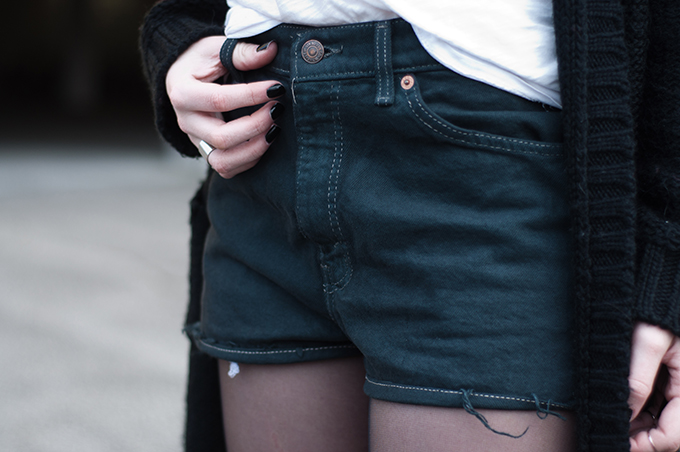 RED REIDING HOOD: Fashion blogger wearing high waisted levi's shorts episode remake vintage outfit details