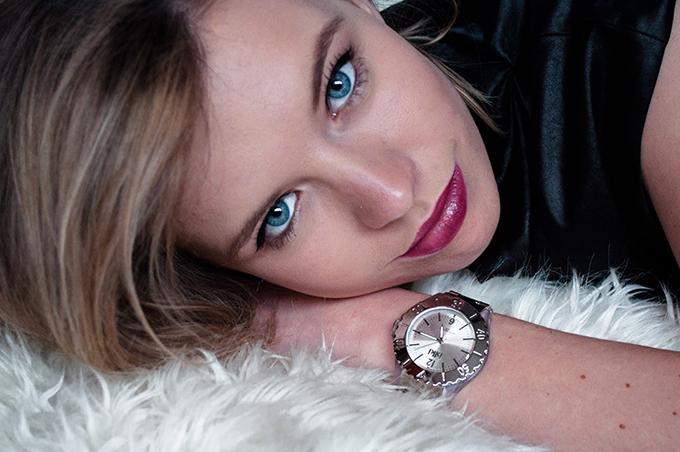 RED REIDING HOOD: Fashion blogger wearing silver Ikki watch model lookbook giveaway fashionqlub goeiemode