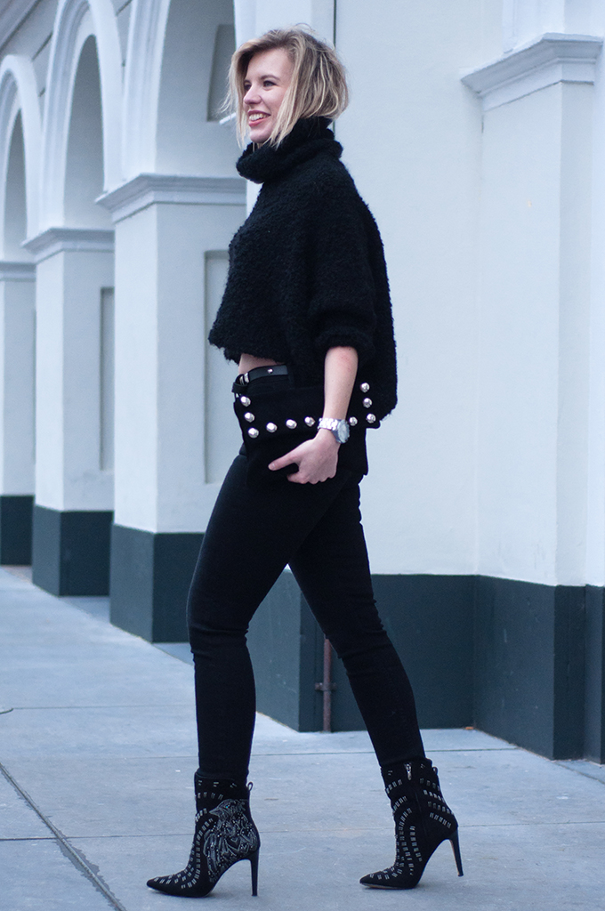 RED REIDING HOOD: Fashion blogger wearing all black everything outfit rock chic streetstyle knitted turtleneck high waisted jeans model off duty