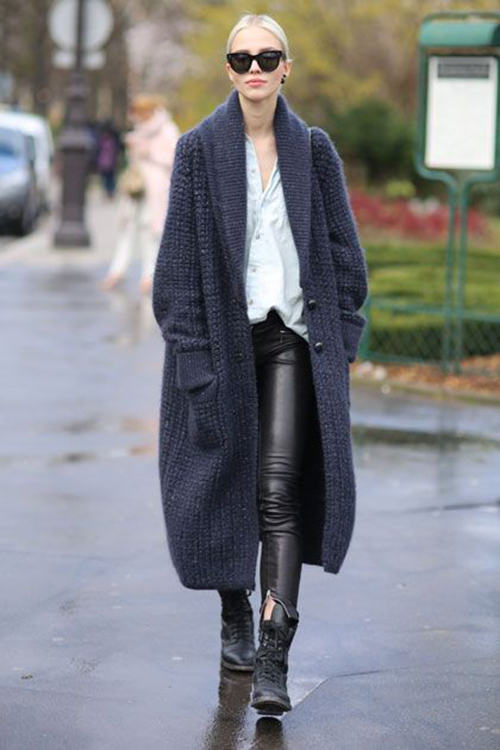 RED REIDING HOOD: Fashion blogger wearing long knitted cardigan navy blue black leather pants streetstyle