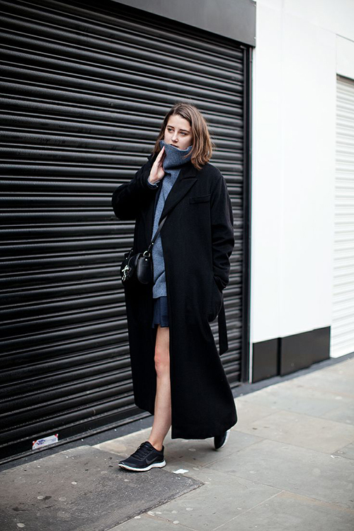 RED REIDING HOOD: Black oversized long trench coat blue turtleneck bare legs streetstyle sneakers fashion blogger outfit