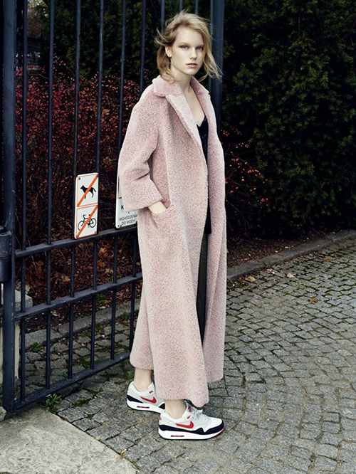 RED REIDING HOOD: Oversized powder pink fluffy long coat streetstyle Nike Air Max sneakers fashion blogger outfit