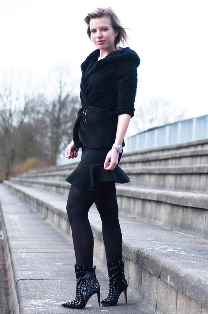 RED REIDING HOOD: Fashion blogger wearing all black everything outfit fluffy cardigan sam edelman boots mermaid skirt streetstyle