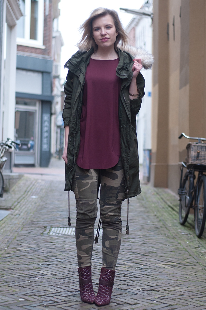 RED REIDING HOOD: Fashion blogger wearing burgundy oxblood sam edelman mila ankle boots scarlet green parka coat army pants camo jeans streetstyle