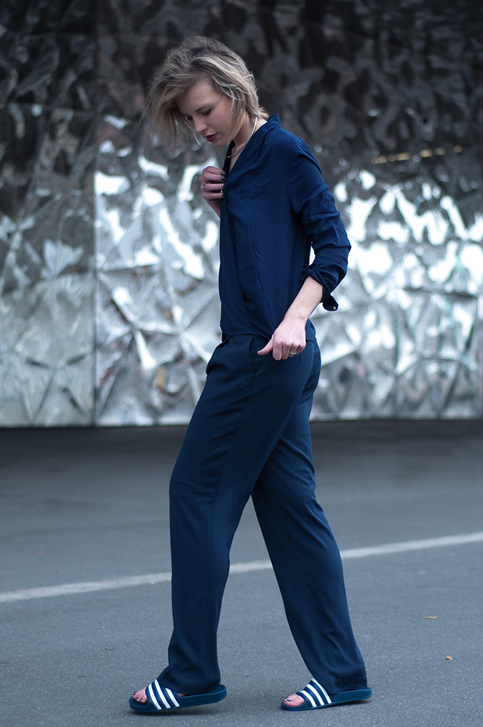 RED REIDING HOOD: Barcelona streetstyle navy blue outfit fashion blogger wearing slouchy suit pants Adidas Adilette model off duty