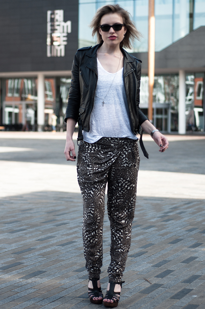 RED REIDING HOOD: Fashion blogger wearing baggy pants outfit leather jacket invito sandals streetstyle