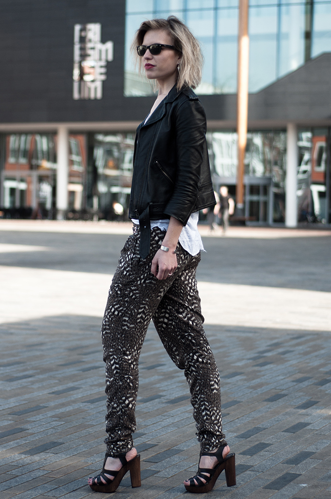 RED REIDING HOOD: Fashion blogger wearing Zara harem pants streetstyle invito sandals leather jacket