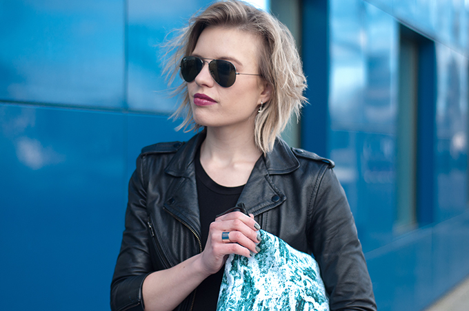RED REIDING HOOD: Fashion blogger wearing Ray-Ban aviator messy hair don't care blond