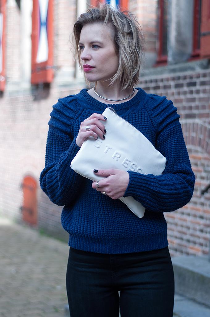 RED REIDING HOOD: Fashion blogger short hair choker necklace zara clutch blue knitted sweater
