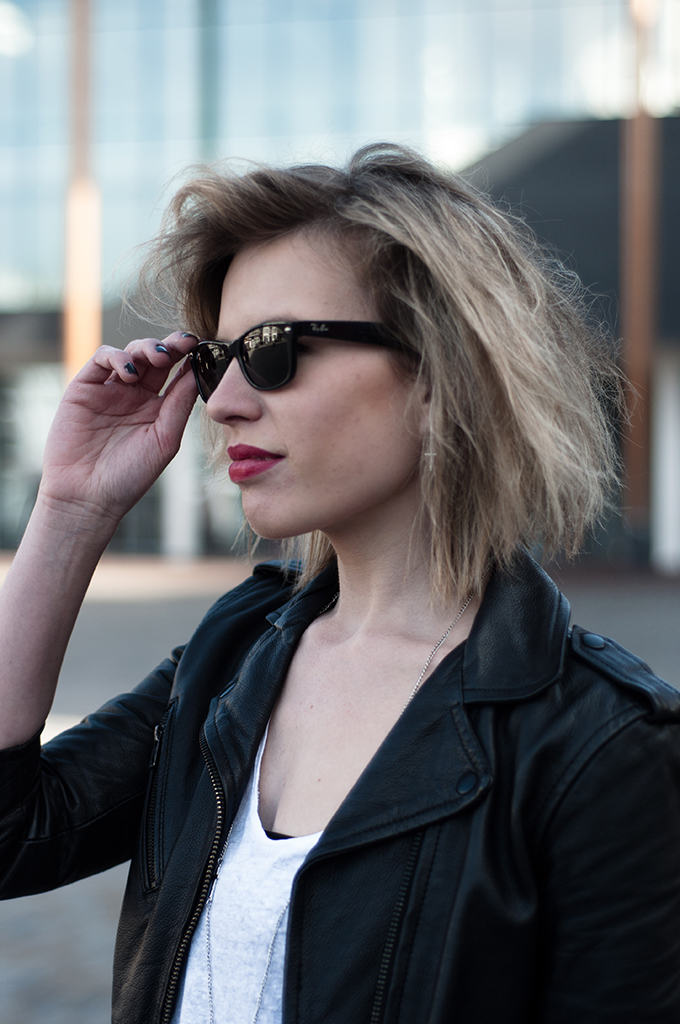 RED REIDING HOOD: Fashion blogger wearing Ray-Ban wayfarer model off duty messy hair don't care style streetstyle outfit