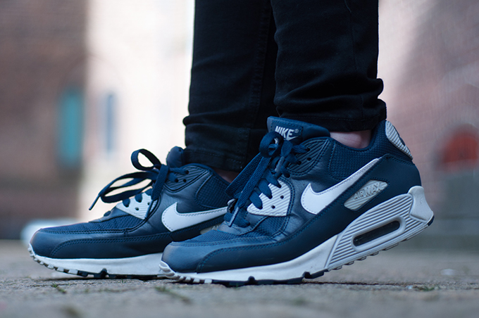 RED REIDING HOOD: Fashion blogger wearing blue nike air max 90 sneakers streetstyle