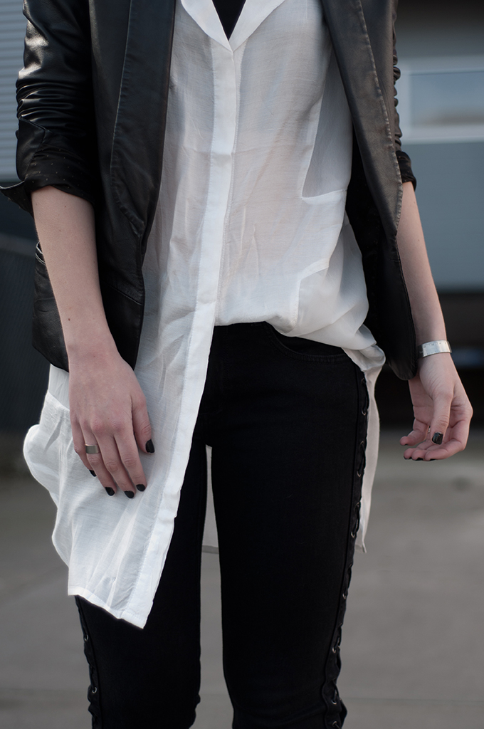 RED REIDING HOOD: Fashion blogger wearing long shirt tucked in blouse lace up jeans outfit details streetstyle