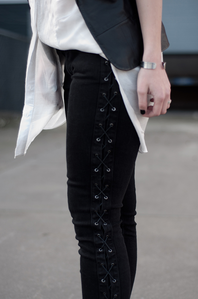 RED REIDING HOOD: Fashion blogger wearing Zara black lace up jeans oversized shirt outfit details streetstyle