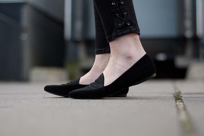 RED REIDING HOOD: Fashion blogger wearing Vagabond Leroc ponyhair loafers outfit details streetstyle all black everything