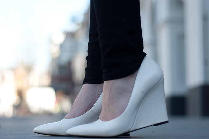 RED REIDING HOOD: Fashion blogger wearing Mango pointy toe wedges white shoes model off duty streetstyle