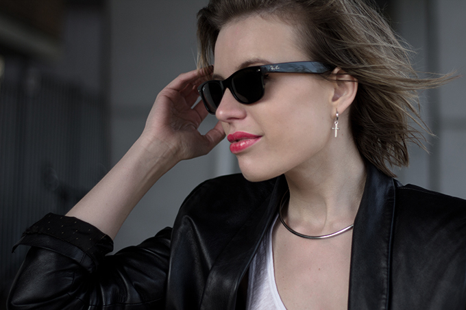 RED REIDING HOOD: Fashion blogger wearing silver choker necklace cross earrings rayban wayfarer streetstyle model off duty