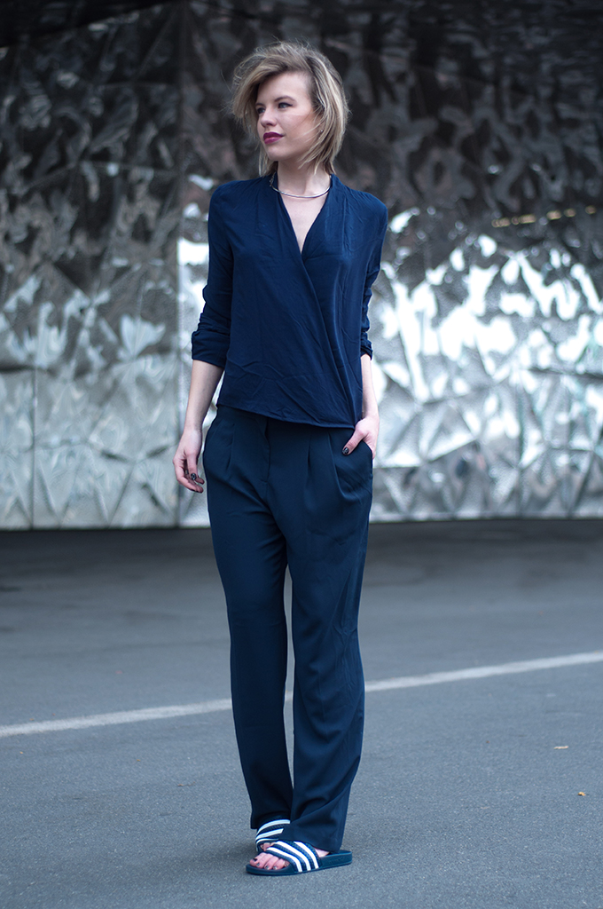 RED REIDING HOOD: Fashion blogger wearing all navy blue suit slouchy pants Adidas Adilette streetstyle