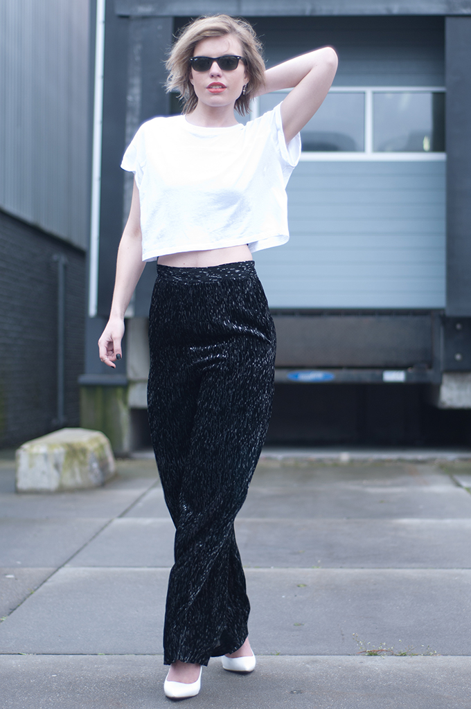 RED REIDING HOOD: Fashion blogger wearing high waisted velvet pants H&M Trend cropped top streetstyle black and white outfit
