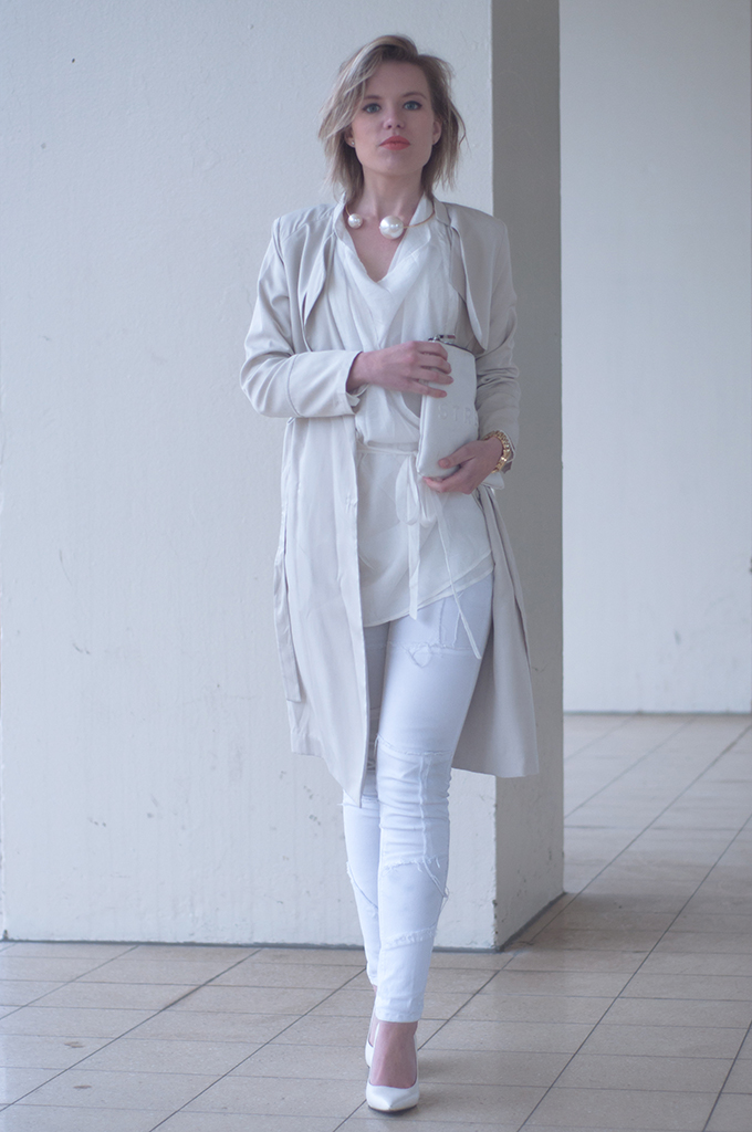 RED REIDING HOOD: Fashion blogger wearing all white outfit cream trench coat beige patchwork jeans mango streetstyle