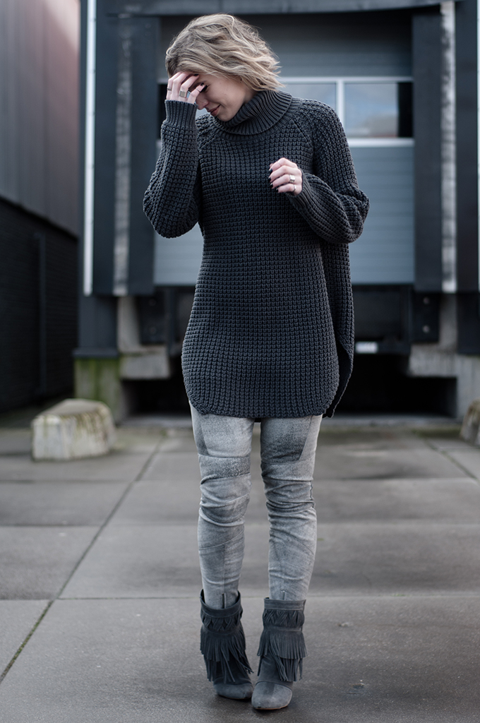 RED REIDING HOOD: Fashion blogger wearing leather pants streetstyle Hope Grand Sweater model off duty