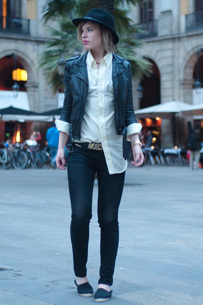 RED REIDING HOOD: Barcelona fashion blogger wearing espadrilles streetstyle placa de reial levi's revel jeans