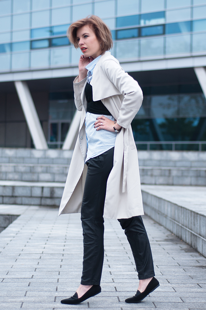 RED REIDING HOOD: Fashion blogger wearing black leather tapered pants Mango streetstyle bustier scarf model off duty look