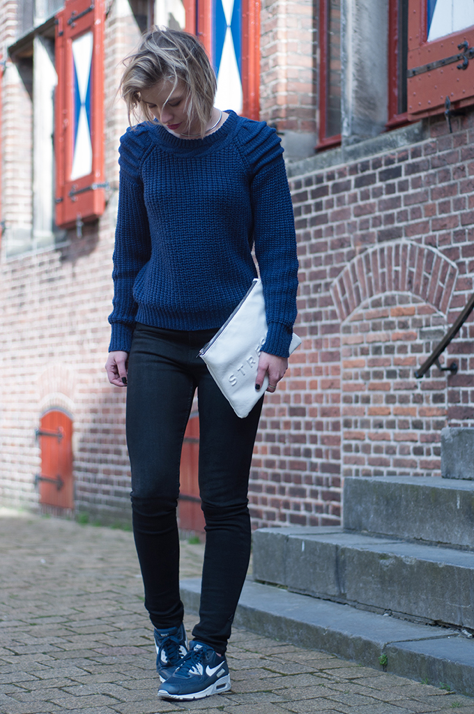 RED REIDING HOOD: Fashion blogger wearing Nike Air Max 90 essential streetstyle sneakers navy blue