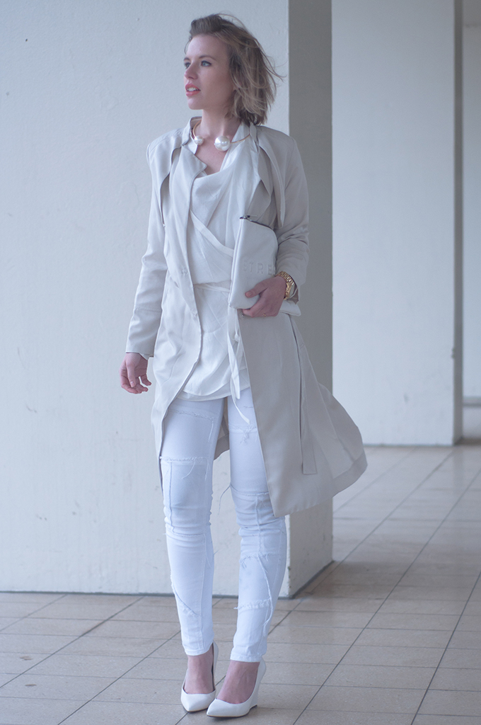 RED REIDING HOOD: Fashion blogger wearing classy trench coat all white outfit Kim Kardashian look streetstyle