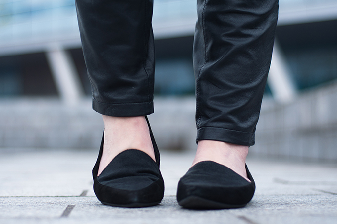 RED REIDING HOOD: Fashion blogger wearing tapered leather pants all black everything outfit vagabond leroc loafers streetstyle