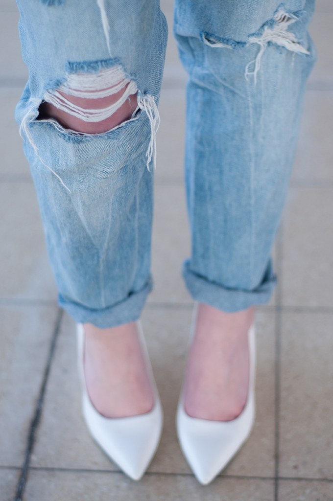 RED REIDING HOOD: Fashion blogger wearing ripped boyfriend jeans distressed denim streetstyle outfit
