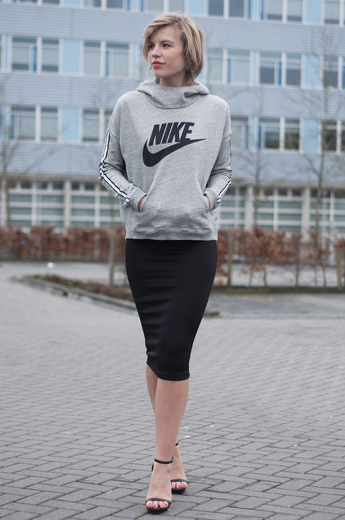 RED REIDING HOOD: Fashion blogger wearing sporty chic outfit Karla's Closet Nike sweater pencil skirt streetstyle model off duty look